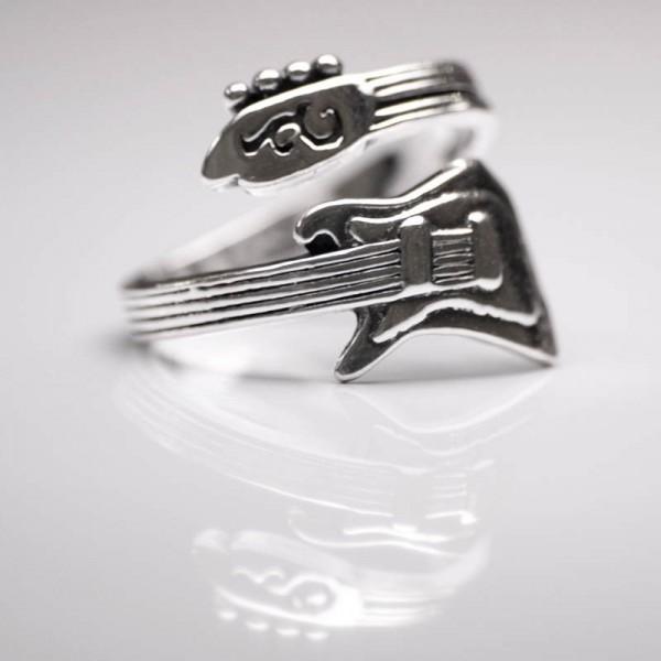 Un anillo muy rockero y rebelde con forma de guitarra eléctrica. Fabricado en plata de primera ley.