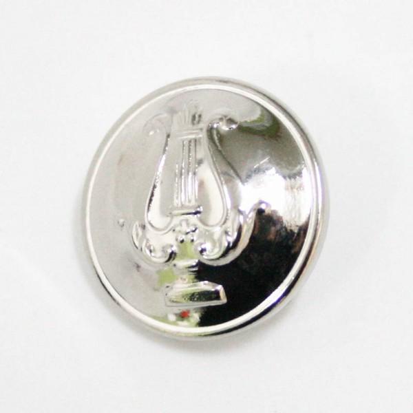 Botón para chaqueta, metálico con acabado plateado y decoración de lira.