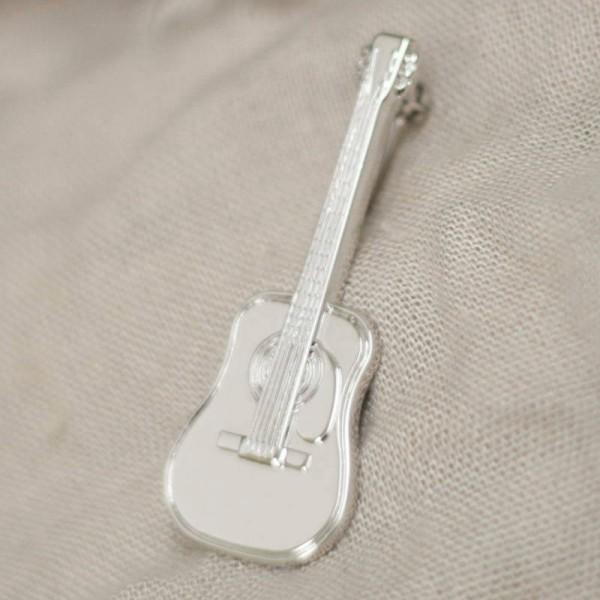 Broche musical con forma de Guitarra Acústica. Cierre con aguja de seguridad.
