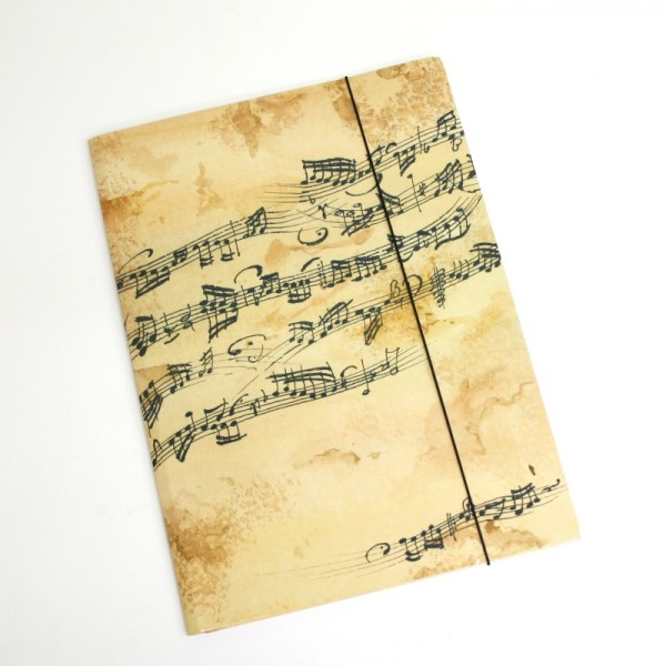 Carpeta con decoración musical de partitura. Color marrón.  Medida DinA4. Cierre con gomas.