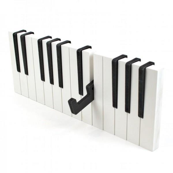 Convierte el recibidor de tu casa en un lugar más musical con este colgador de pared con forma de teclado de piano.