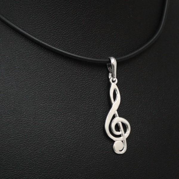 Colgante fabricado en Plata de Ley con diseño musical de Clave de Sol. Cadena de cuero negro.