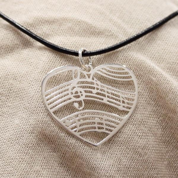 Colgante fabricado en Plata de ley modelo Corazón Pentagrama. Con caja y cadena de cuero incluidas.