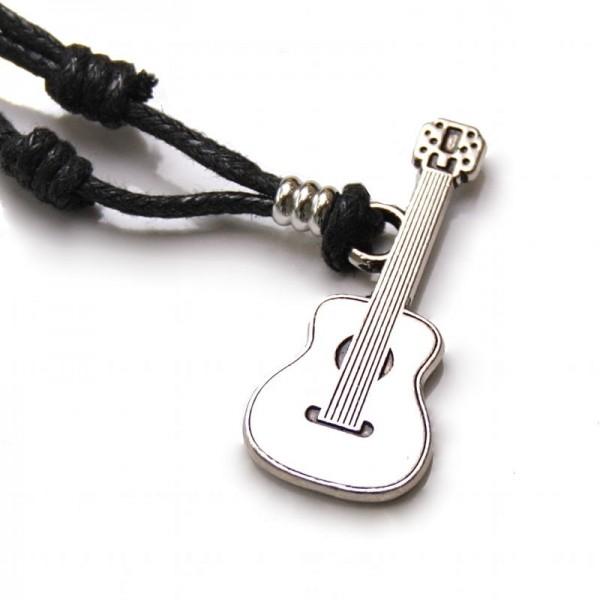 Colgante modelo guitarra clásica fabricado en zamak, con cordón negro y nudos correderos