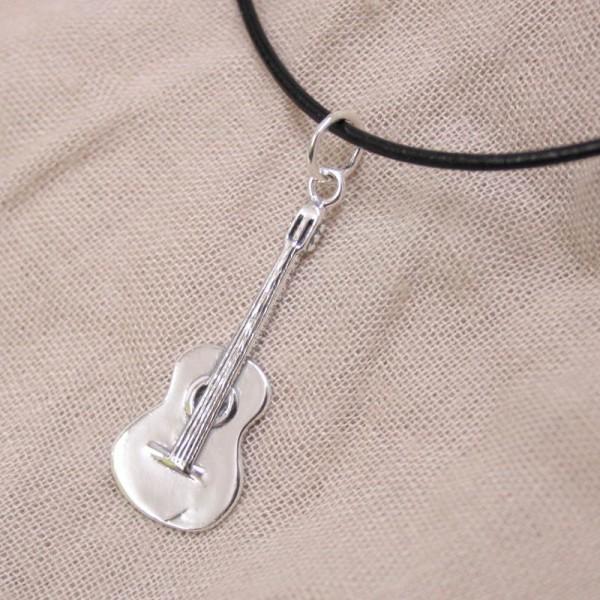 Colgante fabricado en Plata de ley modelo Guitarra Clásica. Con caja y cadena incluidas.