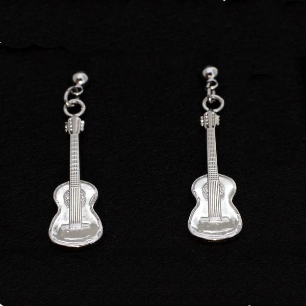 Pendientes musicales con forma de guitarra clásica, perfectos para cualquier amante de la música. Cierre tipo mariposa. Con estuche.
