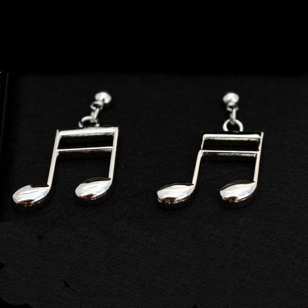Pendientes plateados en forma de semicorchea, perfectos para cualquier amante de la música. Cierre tipo mariposa. Con estuche.