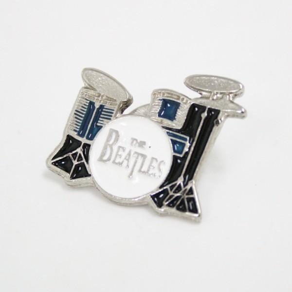Pin metálico plateado con forma de batería de los Beatles. Con 1 enganche mariposa.