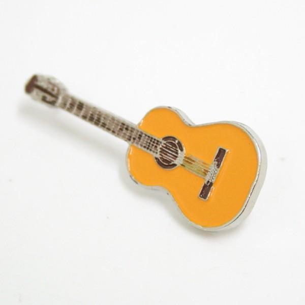 Pin metálico plateado con forma de guitarra clásica. Con 2 enganches mariposa.
