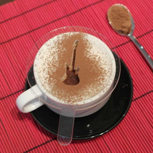 Plantilla para decorar el café con diseño musical de Guitarra. Metacrilato transparente.