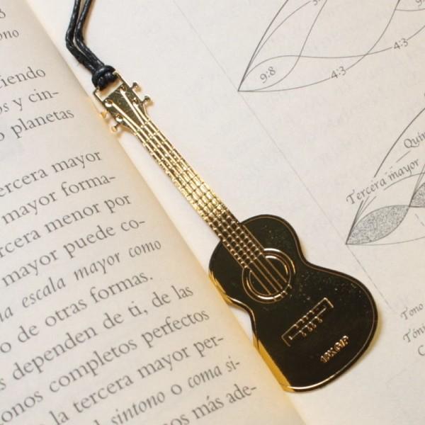 Punto de libro dorado con forma de guitarra clásica