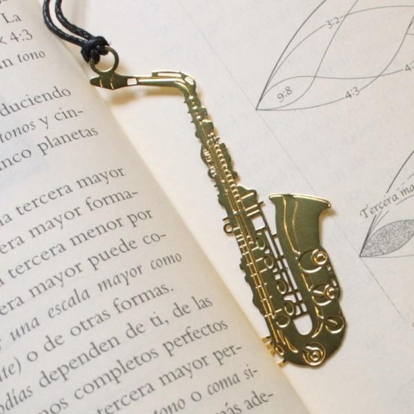 Punto de libro dorado con forma de saxofón