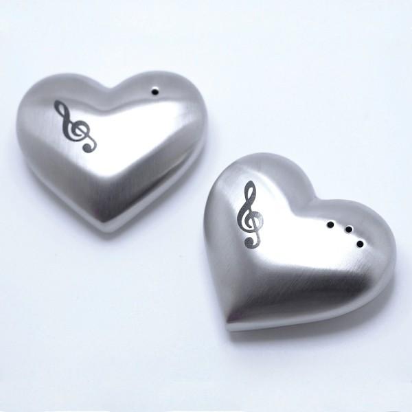 Juego de salero y pimentero con forma de corazón y decoración de Clave de Sol. Acero inoxidable.