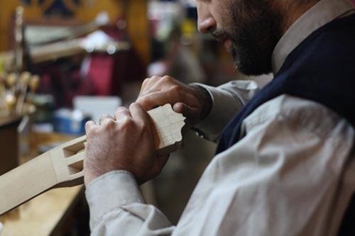 Maiol haciendo un mástil de guitarra en una muestra de artesanía